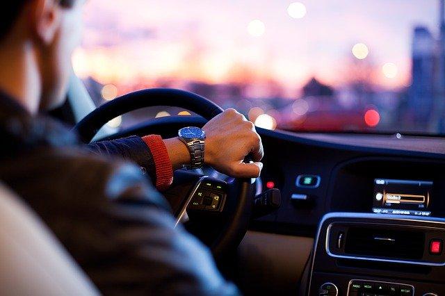 Rejestracja pojazdu, przerejestrowanie, zawiadomienie o nabyciu lub zbyciu, wyrejestrowanie – czym to się różni?