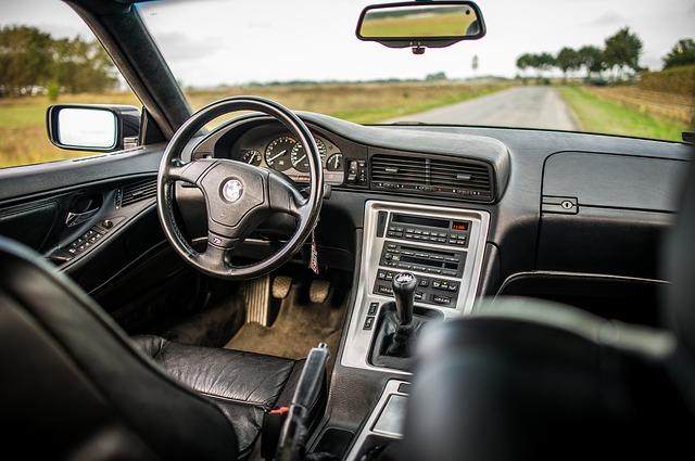 Czy przedsiębiorca musi zarejestrować i opłacać odbiornik radiowy w leasingowanym samochodzie? Wyrok NSA