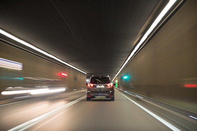 """Nowe uregulowania """"zakazu przemieszczania się"""". Co z podróżami samochodem?"""