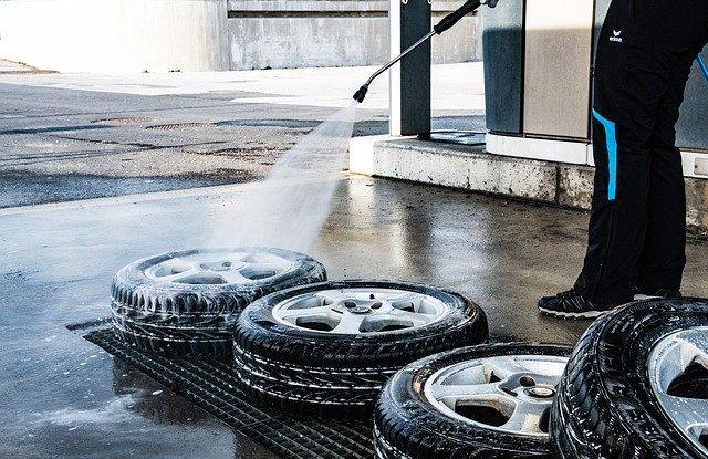 Wymiana opon, mycie samochodu – czy są obecnie dozwolone?