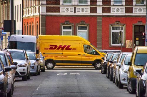 Rejestracja pojazdu przez dealera – czy dokumenty i tablice rejestracyjne może doręczyć kurier?